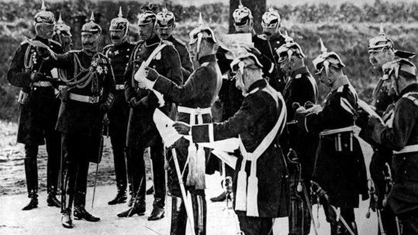 Der deutsche Kaiser Wilhelm II. besucht während des Ersten Weltkrieges seine Truppen.