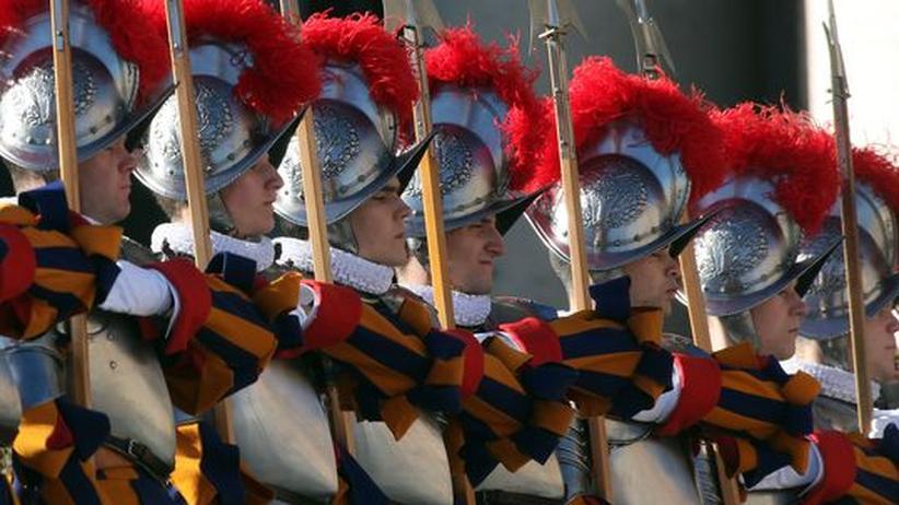 Eidgenössische Söldnerfolklore: Schweizergardisten im Vatikan