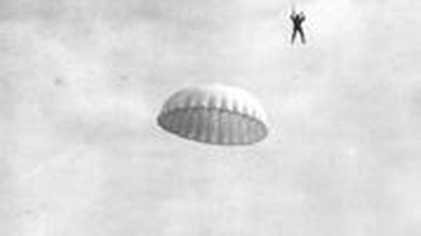 Amerikanische Soldaten gleiten an Fallschirmen zu Boden (etwa 1940).