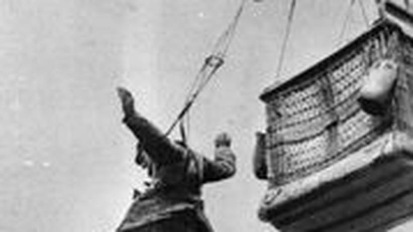 Sprung ins Nichts: Ein deutscher Soldat springt während des 1. Weltkriegs mit einem Fallschirm aus einem Beobachtungsballon.