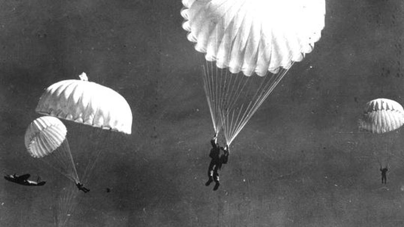 30 Jahre nach dem ersten Fallschirmsprung aus dem Flugzeug gehören solche Flüge für bestimmte US-Soldaten zur Ausbildung.