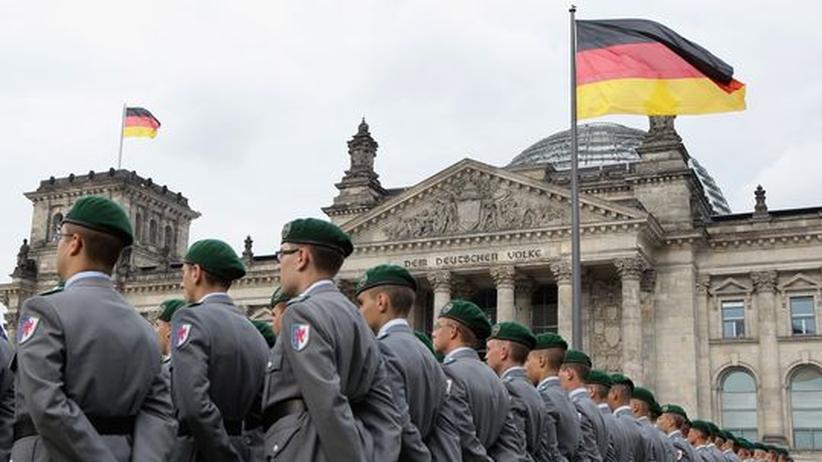 Soldaten während eines Gelöbnisses vor dem Reichstag am 20. Juli, dem Tag des Stauffenberg-Attentats auf Hitler.