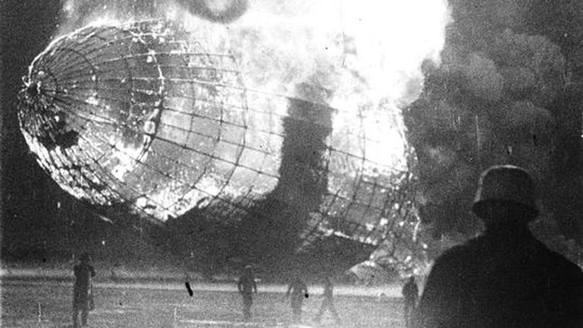 """""""Hindenburg""""-Zeppelin: Die Hindenburg verbrennt kurz nach einem missglückten Landemanöver in Lakehurst."""