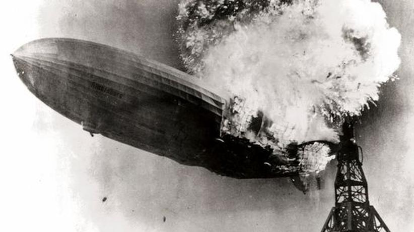 """""""Hindenburg""""-Zeppelin: Ein Mitarbeiter der US Navy machte dieses Foto, kurz nachdem der Zeppelin """"Hindenburg"""" Feuer gefangen hatte."""