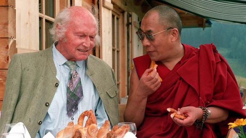 Heinrich Harrer: Heinrich Harrer mit dem Dalai Lama im Juli 1992