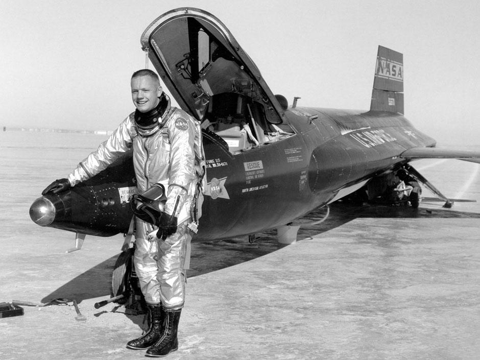 Armstrong war ein ehemaliger Kampfflugzeugpilot und führte Hochgeschwindigkeitstests unter anderem mit der X-15 für die Nasa durch.