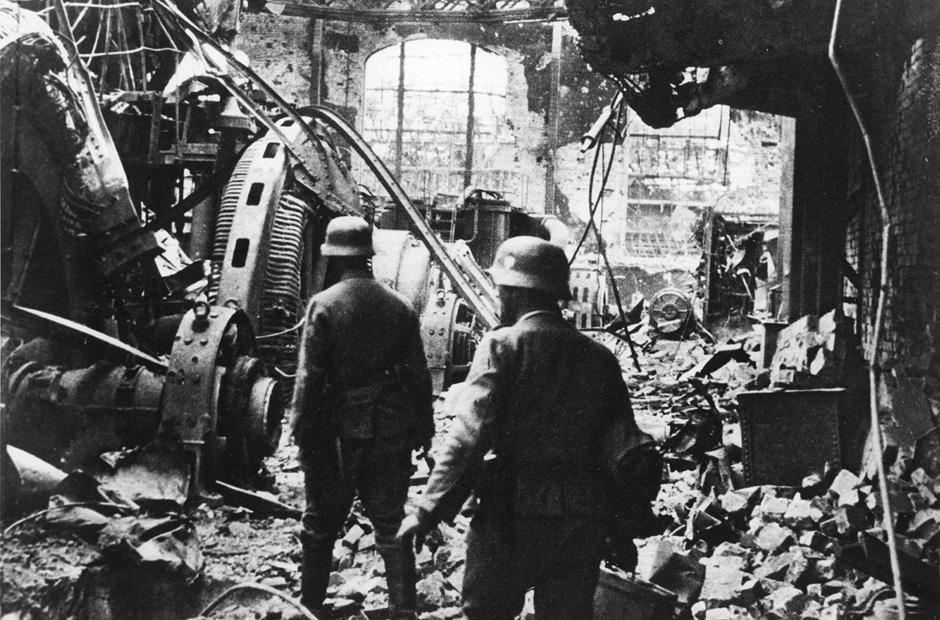 Wehrmachtsoldaten in einer zerstörten Fabrik in Stalingrad