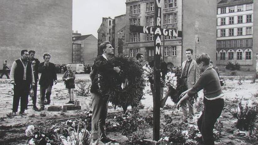DDR-Flüchtling: Kreuz zum Gedenken an Peter Fechter, aufgestellt am Tag nach seinem Tod (1962)