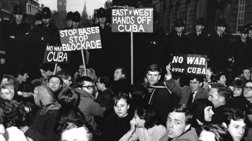 Kubakrise: Oktober 1962, London: Demonstranten gehen auf die Straße und protestieren gegen Nuklearwaffen und die Stationierung von Raketen auf Kuba.