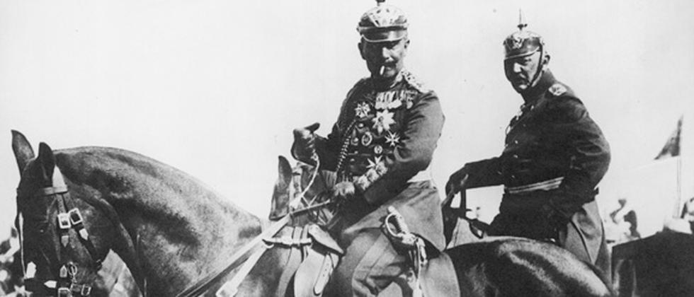 Kaiser Wilhelm II. (1859 - 1941) während eines Militärmanövers, vermutlich im Jahr 1914