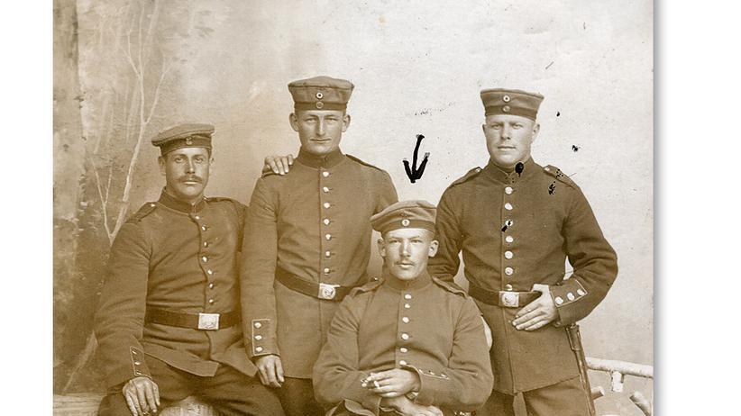 Erster Weltkrieg: Prächtige Porträts im Schmuckrahmen und ärmliche Schnipsel: Menschen aus allen Schichten wandten sich mit Fotos an die schwarze Madonna. Sie baten sie, ihre Liebsten vor dem Krieg zu schützen.