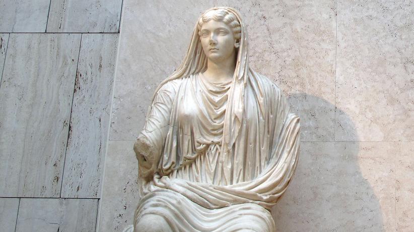 Livia Drusilla: Livia Drusilla, Sitzstatue aus Marmor (Detail), frühes 1. Jahrhundert, Archäologisches Nationalmuseum Madrid