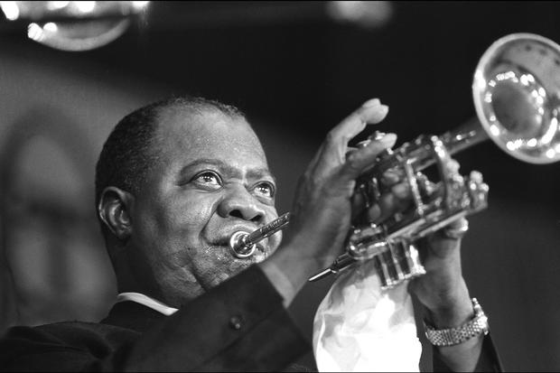 Ich habe einen Traum: (FILES) Picture shows American jazzman Louis Armstrong during a concert in Paris, 5th June 1965.  N/B  B/W (Photo credit should read /AFP/Getty Images)