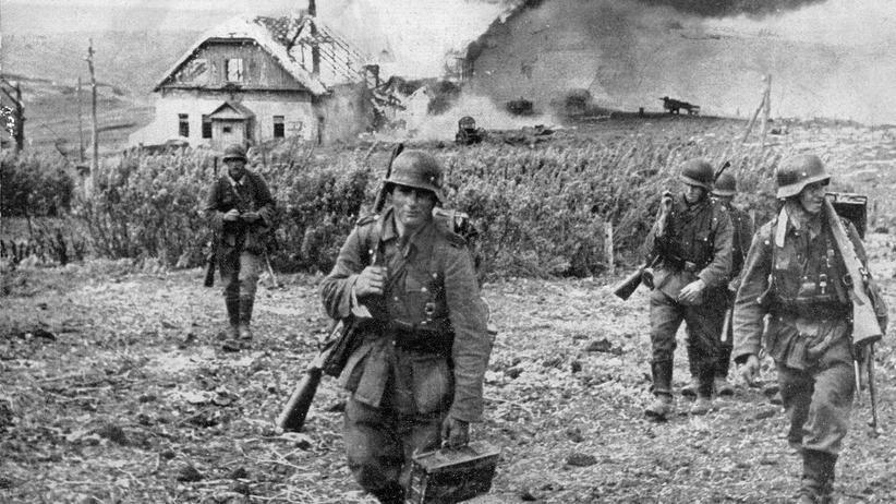 Ukraine: Um 1943: Deutsche Soldaten evakuieren ein Haus in Kharkov, das vom russischen Militär zerstört wurde.