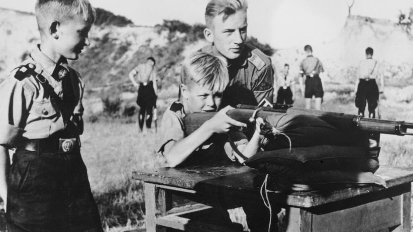 """Kinder lernen den Umgang mit Waffen (undatierte Aufnahme). In der Schule gehörte """"Mein Kampf"""" zum Unterrichtsstoff."""