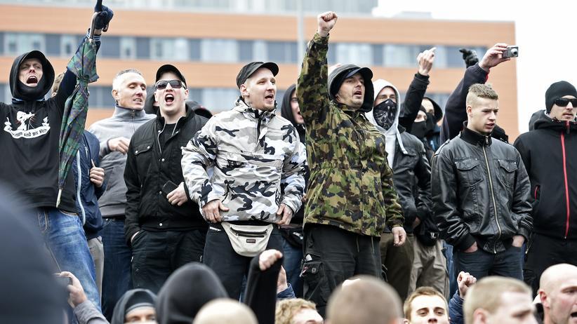 Adolf Hitler: Rechte Demonstranten auf einer Anti-Islam-Demo am 15. November 2014 in Hannover.