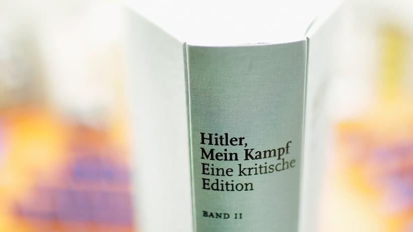 """Adolf Hitler: In schlichtem Grau – die kritische Neuauflage des Buches """"Mein Kampf"""". 1925 hatte Adolf Hitler den ersten Band seiner Hetzschrift veröffentlicht, ein Jahr später den zweiten. Seit dem Zweiten Weltkrieg war das Buch in Deutschland nicht mehr legal herausgegeben worden."""