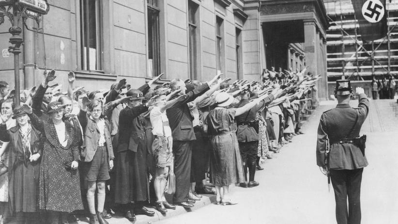 NS-Zeit: 3. August 1934: Hitlergruß vor dem Propagandaministerium in Berlin