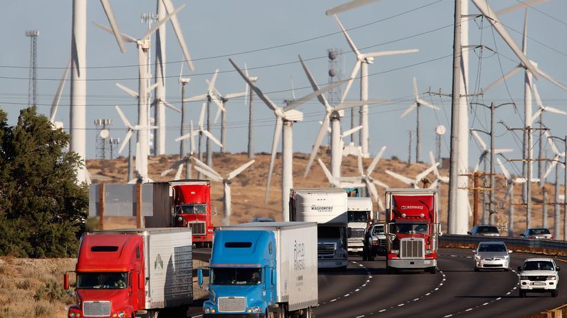 Naturschutz: Windräder hinter einem stark befahrenen Freeway in Kalifornien: Nachhaltige Energieproduktion ist angesagt, aber sie ist nicht die ökologische Rettung.