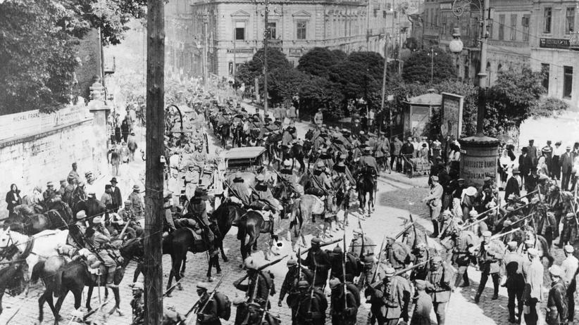 3. Juni 1916: Soldaten aus Österreich-Ungarn und Deutschland laufen im zurückeroberten Przemysl, Polen, aneinander vorbei.
