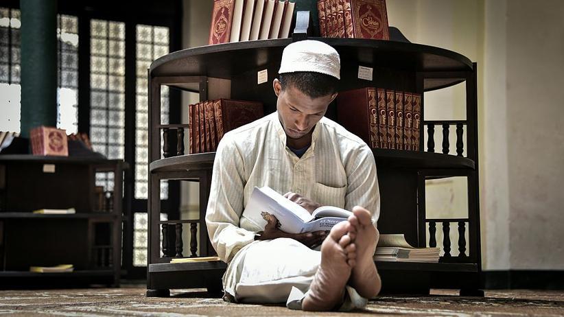 Dschihad: Ein junger Muslim liest im Koran.