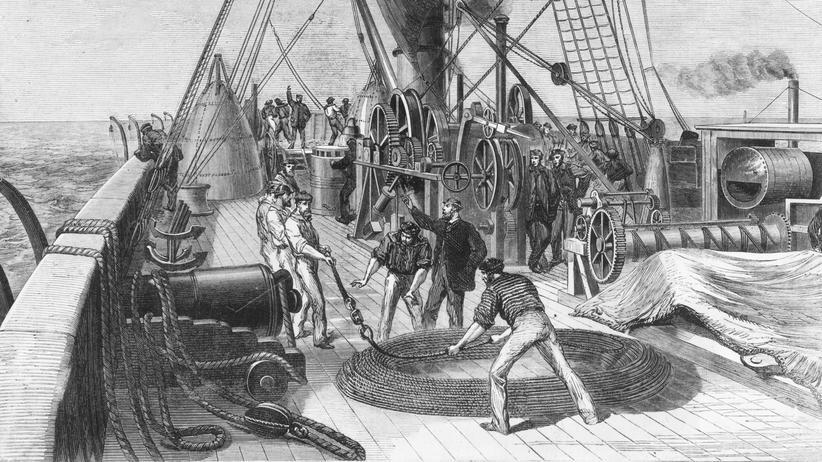 "Transatlantikkabel: Seeleute an Bord der ""Great Eastern"" verlegen im September 1865 Teile des Atlantikkabels."