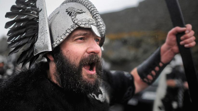 Wikinger: Verkleidet als Wikinger marschiert dieser Mann über ein Volksfest auf den Shetland-Inseln.