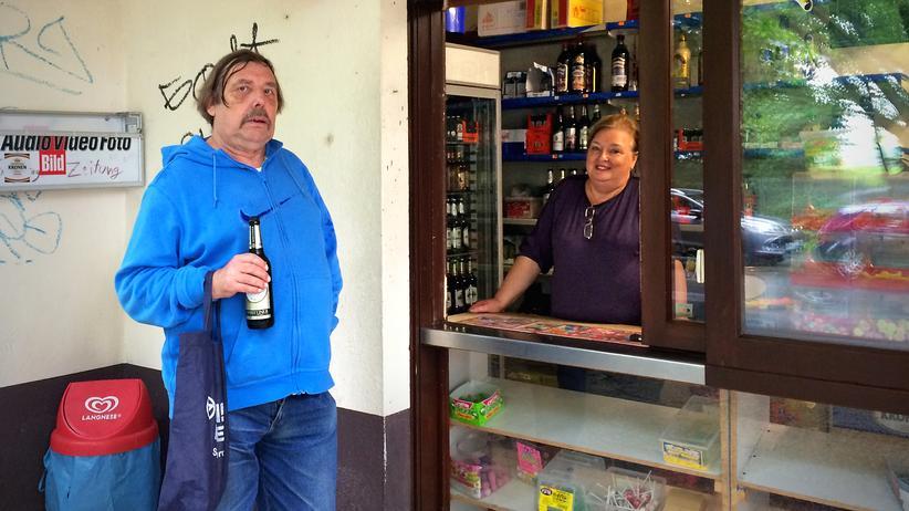 """Tag der Trinkhallen: """"Früher war hier mehr los"""" – Stammkunde Hans-Ulrich und Elena, die dieser Tage an der Bude die Schnuckertüten bestückt."""