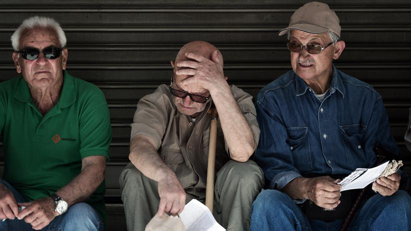 Ärzte in Griechenland: Pensioners sit outside the Ministry of Health in Athens during a 24-hour strike by health workers and doctors on May 20, 2015
