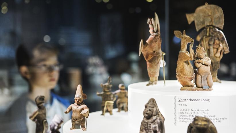 Maya: Ein junger Besucher schaut sich in der Ausstellung die Inszenierung des königlichen Hofstaates von El Peru an.