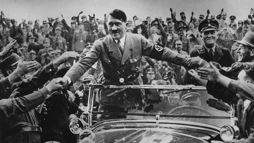 Adof Hitler: 1933: Begeistert empfangen Anhänger Reichskanzler Adolf Hitler (1889–1945) in Nürnberg.