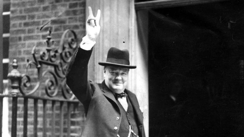 Astrobiologie: Kriegspremier mit Friedenszeichen: Winston Churchill in der Downing Street im Juni 1943