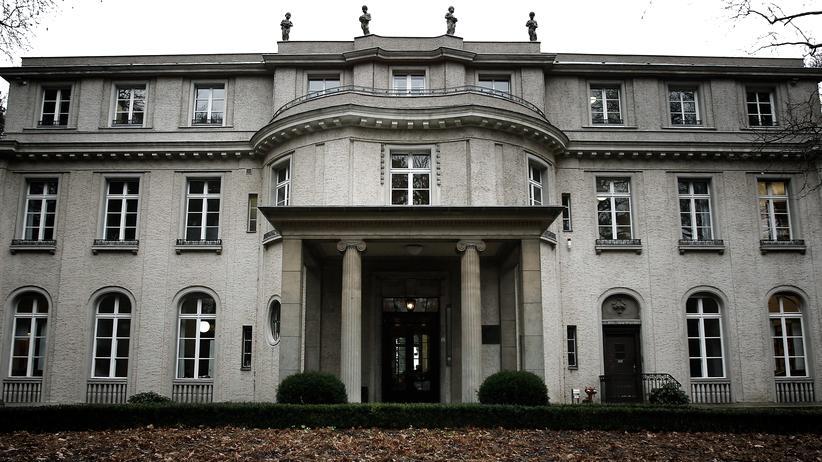 """Deportation: Das Haus der Wannsee-Konferenz: Hier wurde im Januar 1942 die """"Endlösung der Judenfrage"""" beschlossen. Deportationen und Ermordungen begannen nach Hitlers Weisung allerdings schon Ende 1941."""