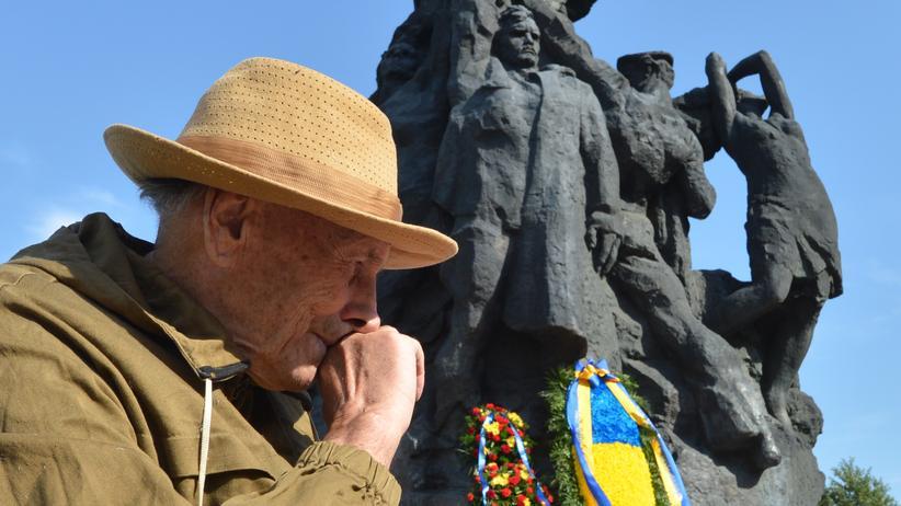 Sowjetunion: Ein Mann trauert an einem Mahnmal in Kiew, das an das Massaker an tausenden Juden an der Schlucht von Babyn Jar im September 1941 erinnert.