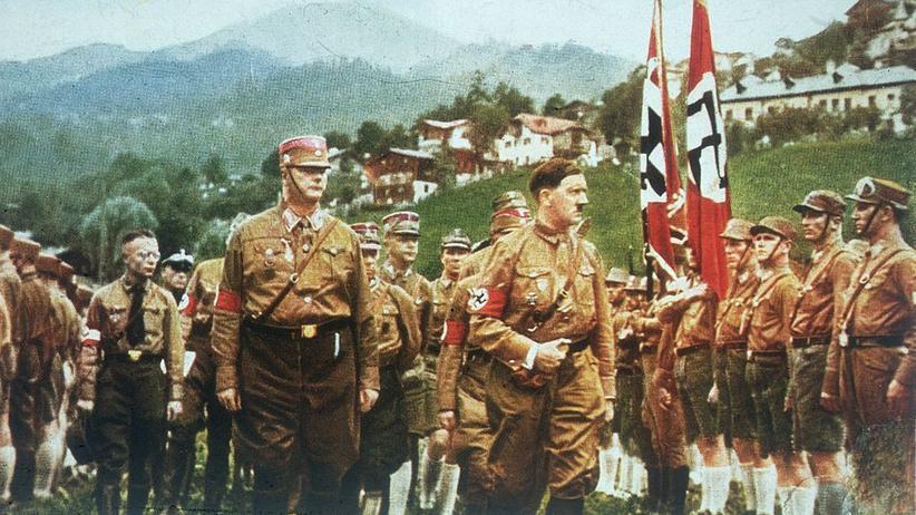 Holocaust: Adolf Hitler um 1935 während eines Regimentsbesuchs