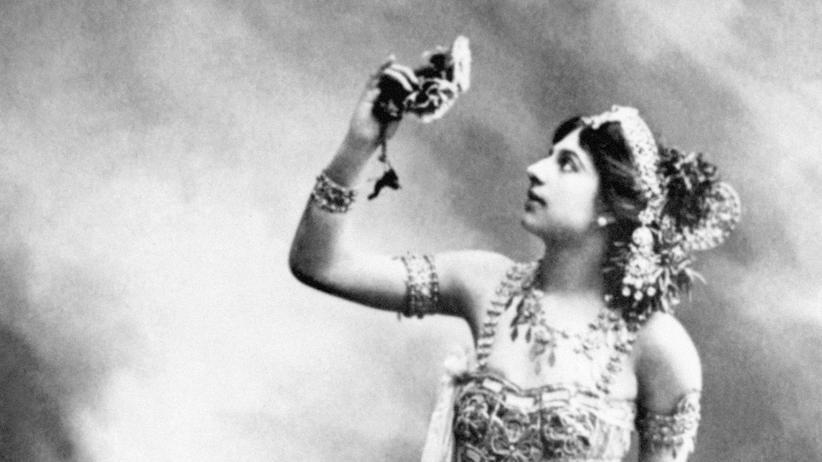 Mata Hari: Mata Hari posiert in einem Tanzkostüm.