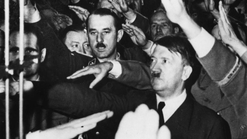 Nationalsozialismus: Adolf Hitler inmitten seiner Anhänger in einem Bierkeller in München, 1941