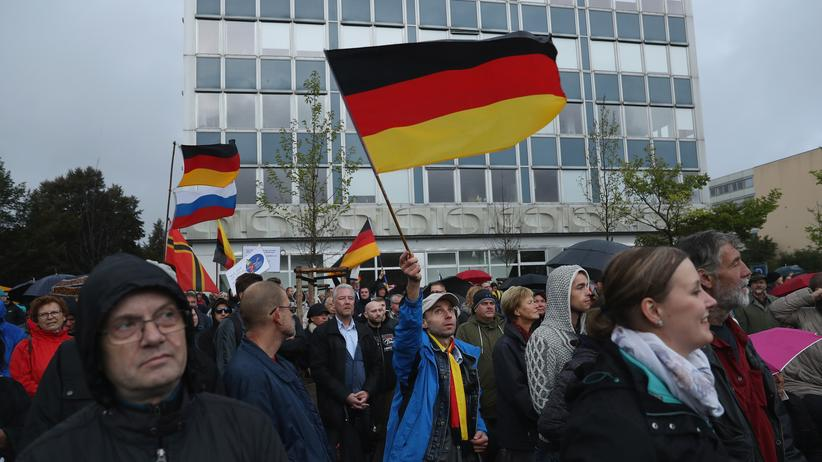 """Verschwörungstheorien: Pegida-Demonstranten in Dresden am Tag der Deutschen Einheit. Auf Pegida-Demonstrationen waren immer wieder """"Lügenpresse""""-Rufe zu hören."""