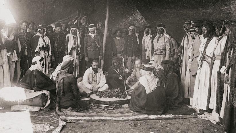 Max Freiherr von Oppenheim: Max von Oppenheim unter Beduinen vom Stamm der Ruala während seiner Forschungsreise im Jahr 1893