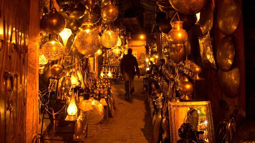 Marrakesch: Ein Mann spaziert in der Medina von Marrakesch.