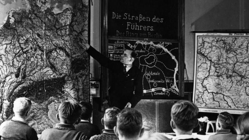 """""""Protokolle der Weisen von Zion"""": Unterricht in einer Schule im nationalsozialistischen Deutschland. Auch die gefälschten """"Protokolle der Weisen von Zion"""" gehörten zum Schulstoff."""