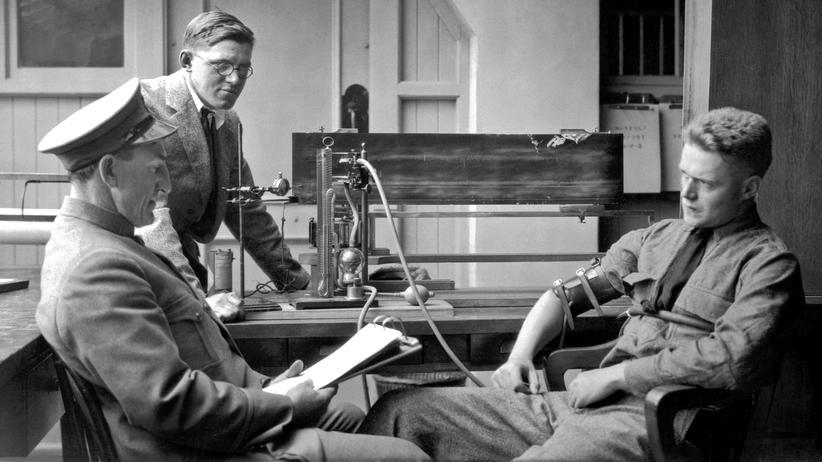 Lügendetektor: 1925 wird der Lügendetektor zum Patent angemeldet. Schon im Jahr zuvor schließt man Verdächtige an einen solchen Apparat an, um ihre Aussagen zu überprüfen, wie bei der Polizei im kalifornischen Berkeley.