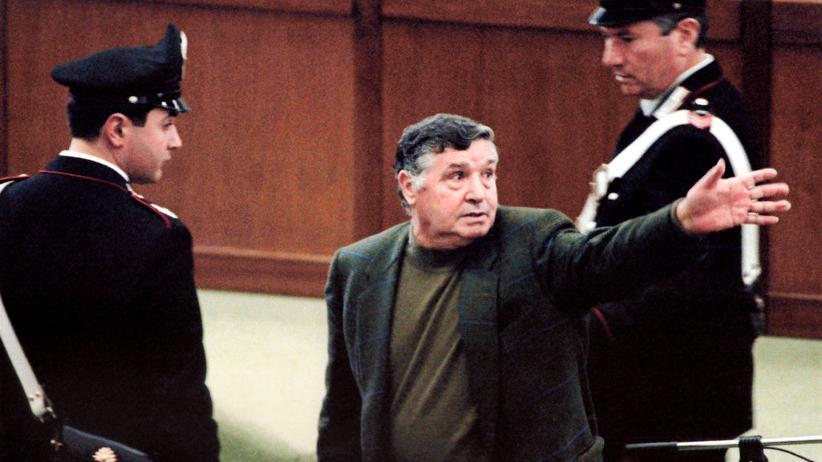 """Mafia: Mafiaboss Salvatore """"Toto"""" Riina während seines Prozess im Hochsicherheitsgefängnis in Palermo – er war einer der meistgefürchteten Paten der sizilianischen Mafia. Am 17. November 2017 starb Riina im Gefängnis."""