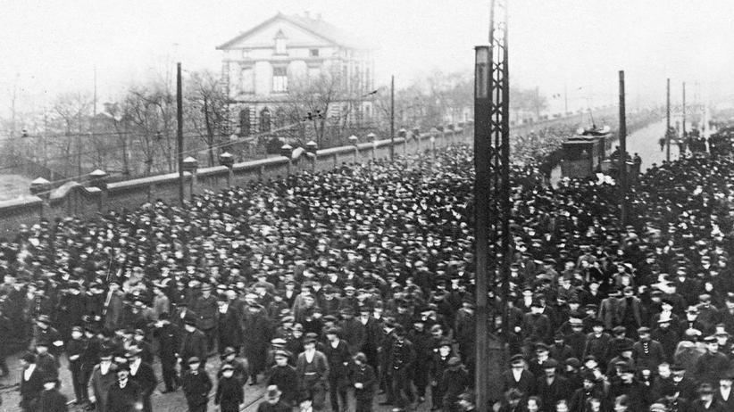 Arbeiterbewegung: Im Dezember 1918 begann in Hamburg bei Duisburg eine Streikwelle. Arbeiter der Thyssen-Hüttenzeche Gewerkschaft Deutscher Kaiser traten in den Ausstand.