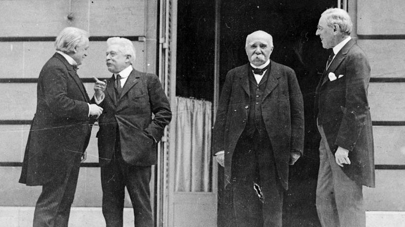 Pariser Friedenskonferenz 1919: 27. Mai 1919: Der britische Premier  Minister Lloyd George, Italiens Präsident Vittorio Orlando, Frankreichs Premierminister Georges Clemenceau und der Amerikanische Präsident Woodrow Wilson am Hotel Crillon in Paris.