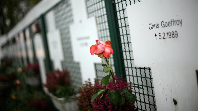 Mauertote: Chris Gueffroy glaubte im Februar 1989 nicht, dass an der Mauer noch geschossen wird. Heute erinnern Kreuze an ihn und andere Menschen, die bei Fluchtversuchen an der Berliner Mauer gestorben sind.