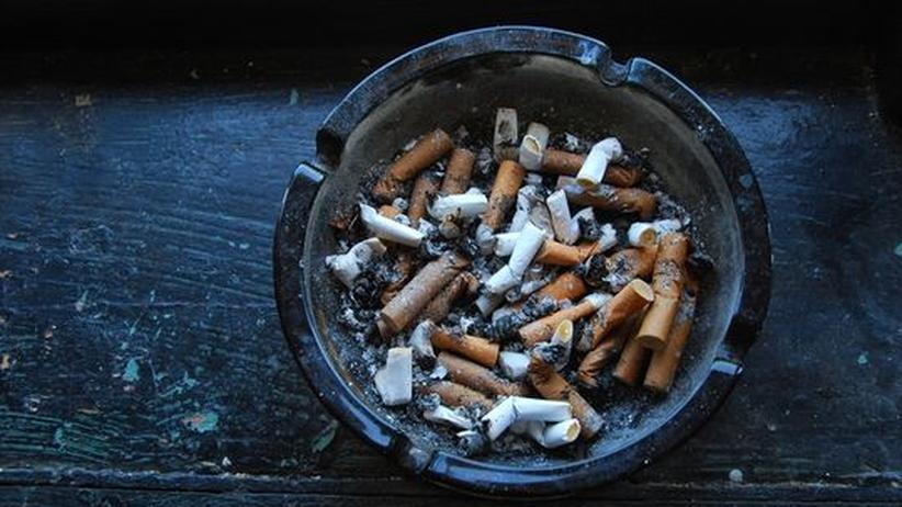 Ein Aschenbecher, mit Zigarettenkippen gefüllt