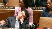 Ein Japaner hält während einer Sitzung der Vereinten Nationen in New York ein Nickerchen