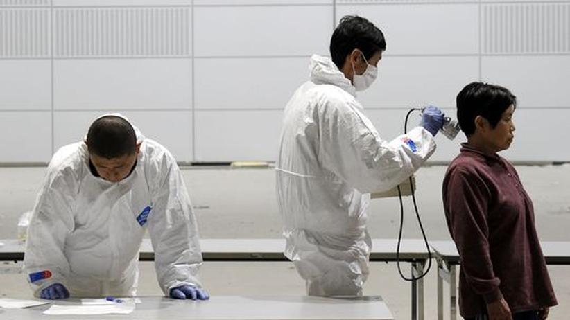 Behördenmitarbeiter prüfen Einwohner der Stadt Koriyama in der Präfektur Fukushima auf erhöhte Strahlenwerte