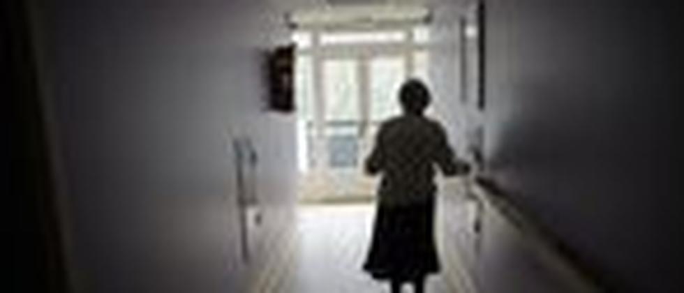 Eine Alzheimerpatientin läuft durch einen Flur in ihrem Wohnheim in Frankreich.